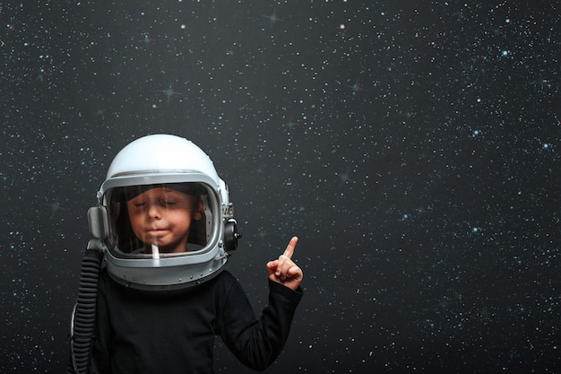 Ребенок хочет управлять самолетом в шлеме самолета
