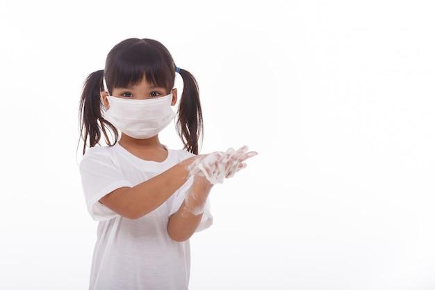 手を洗うと石鹸の手のひらを見せている子供