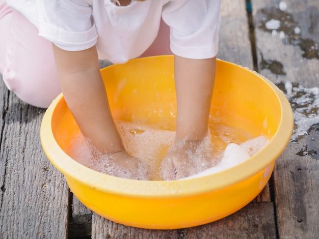 코로나 바이러스 (covid19) 보호를 위해 바이러스와 박테리아를 예방하기 위해 비누로 손을 씻는 어린이.