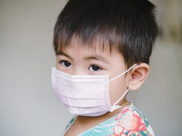 코로나 바이러스 발생 중 어린이는 안면 마스크를 착용합니다.