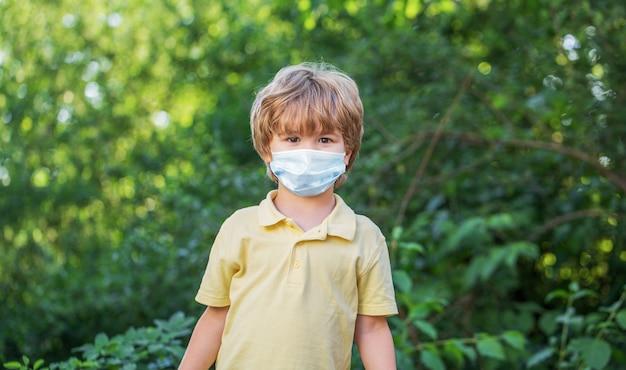 코로나 바이러스 및 독감 발생 중 얼굴 마스크를 착용하는 어린이