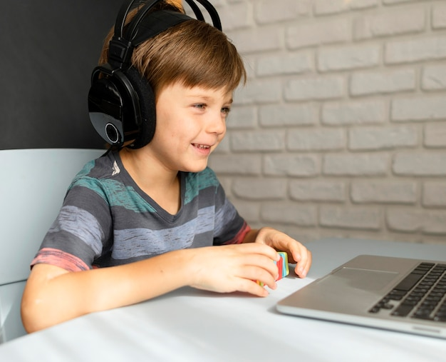 가상 학교에 다니는 헤드폰을 착용하는 어린이