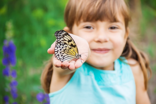蝶を持つ子供。アイデアleuconoe。セレクティブフォーカス