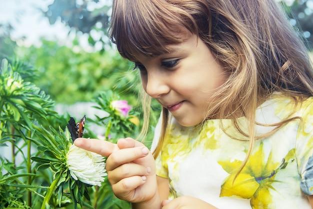 Ребенок с бабочкой в руках.