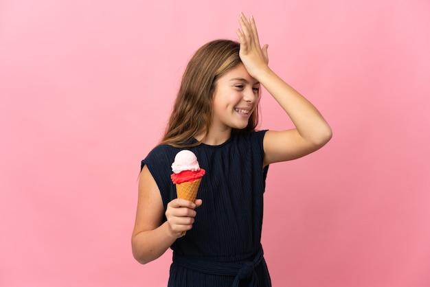 Ребенок с мороженым корнетом на изолированном розовом фоне кое-что понял и намеревается решить