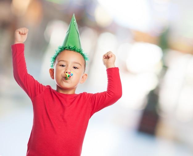 祝うパーティの帽子と子供