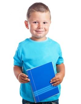 小さな青いノートブックと子供