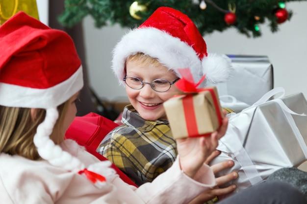 Ребенок с небольшой подарок