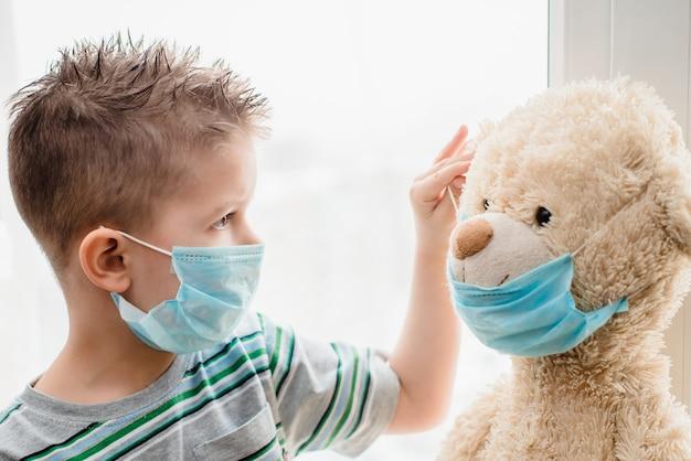 테디 베어가있는 아이가 코로나 바이러스 전염병 동안 격리