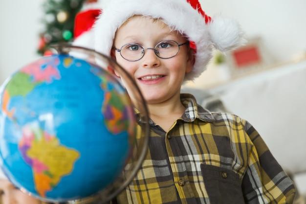 Ребенок с земным шаром