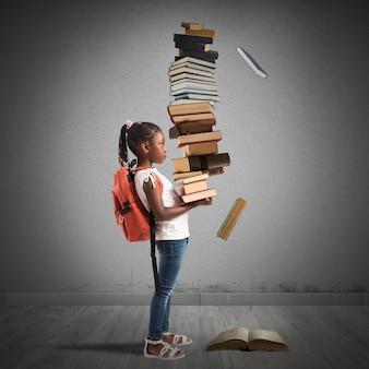 배낭과 책 더미와 아이