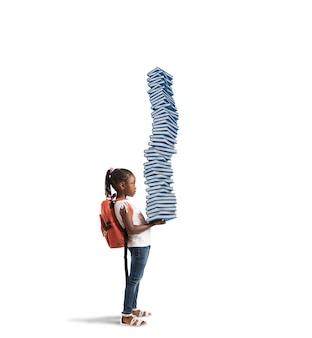 배낭과 공부 책 더미를 가진 아이