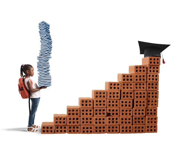 배낭과 공부 책을 가진 아이는 벽돌 규모를 올라