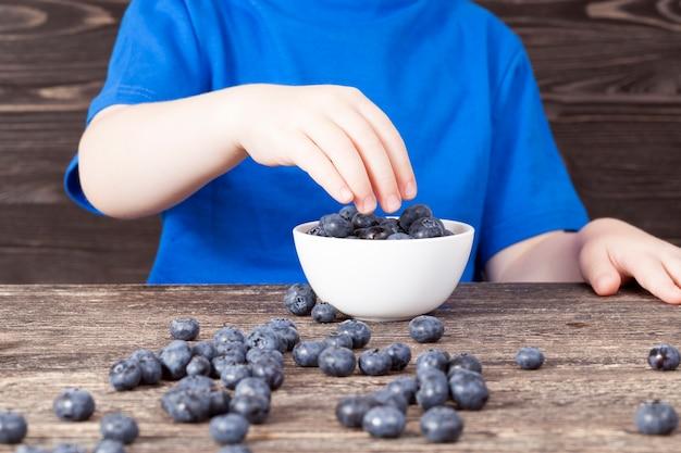 블랙, 클로즈업에서 나무 테이블에 블루 베리 열매와 아이