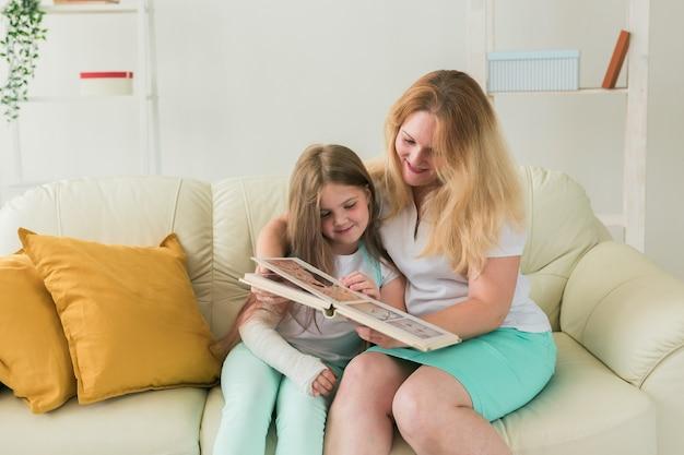 부러진 팔과 석고를 가진 아이는 집에서 어머니와 함께 시간을 보냅니다. 어린 시절의 질병, 긍정적 인 전망 및 회복.