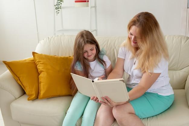 Ребенок со сломанной рукой и гипсом проводит время дома с мамой