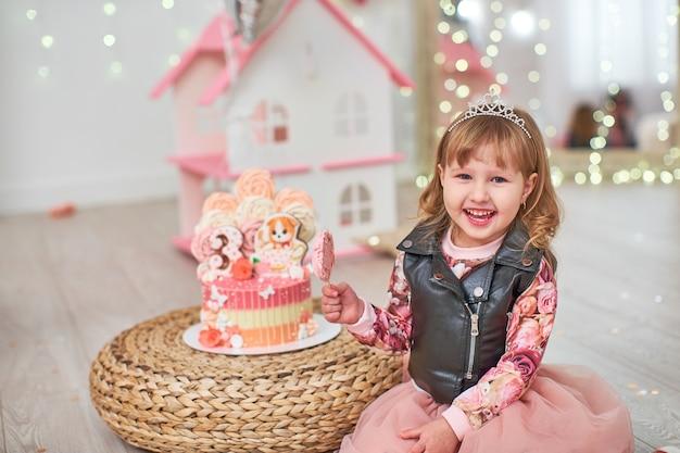 ケーキを持つ子供