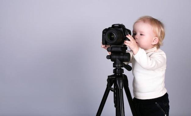 スタジオでカメラを持つ子供