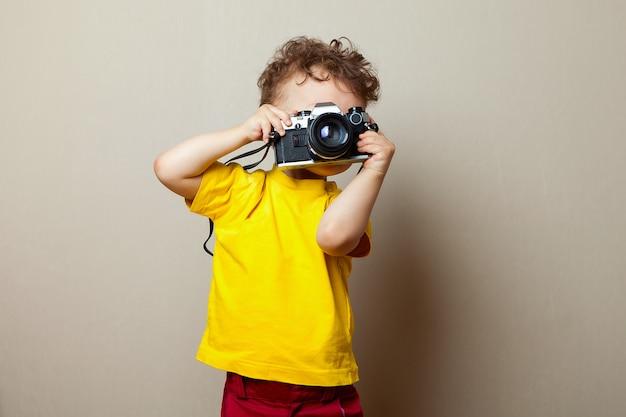 Ребенок с камерой, маленький мальчик фотографирование