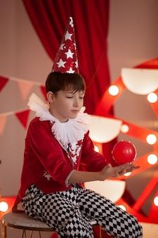 서커스 무대에서 서커스 의상을 입은 어린이 프리미엄 사진