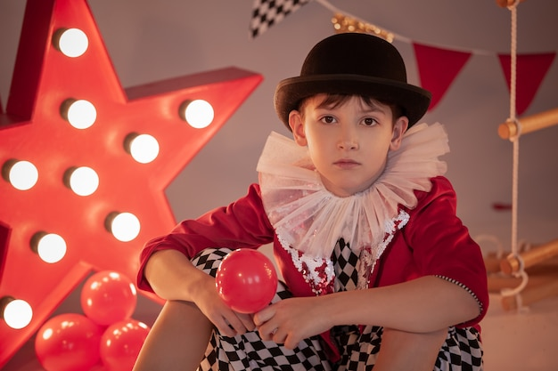 서커스 무대에서 서커스 의상을 입은 어린이