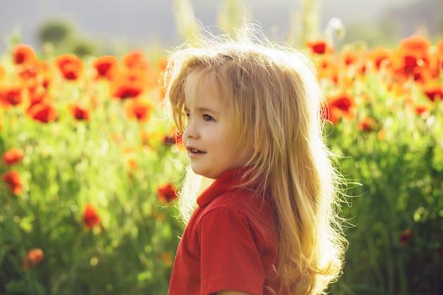 양 귀 비, 여름, 봄, 어린 시절과 행복의 꽃밭에 빨간 셔츠에 긴 금발 머리를 가진 아이.