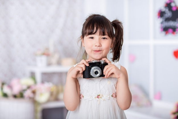 Ребенок со старой камерой