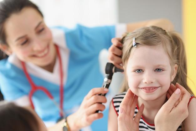 病院で小児耳鼻咽喉科医に通う中耳炎の子供