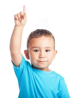 Bambino con un dito alzato