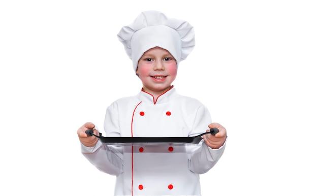 白で隔離のシェフの服のトレイを持つ子供