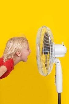 노란색 표면에 인공 호흡기와 아이입니다. 수직 프레임. 더운 여름.