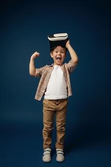 Bambino con le cuffie da realtà virtuale