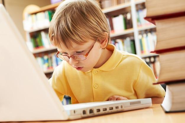 노트북에서 일하는 아이