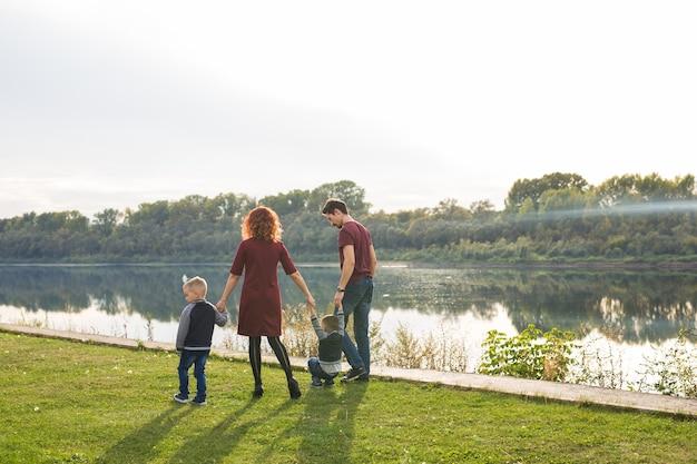 子供時代と自然の概念-水辺を歩く家族