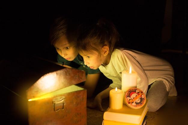 어린 시절의 꿈. 귀여운 소녀와 모험심 넘치는 소년이 보물을 찾았습니다. 행복한 젊은 해적.