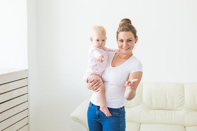 子供時代、家族、母性の概念-甘い女の赤ちゃんを抱いた母親