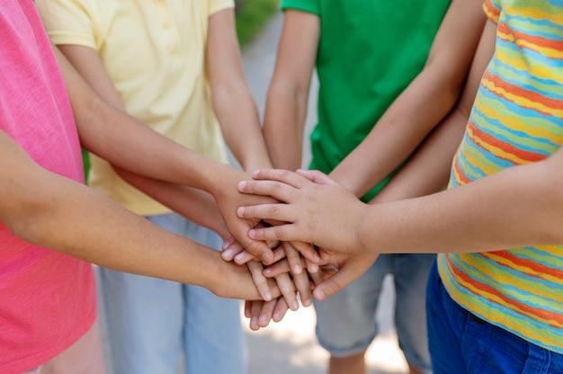 어린 시절, 우정. 친절한 제스처로 어린이 손바닥을 앞으로 뻗어 얼굴이 보이지 않습니다.