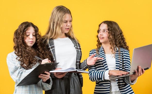 子供の幸せ。勉強する準備ができました。一緒に学ぶ。彼らが秘書だと想像してください。中小企業のパートナー。学校に戻る。フォルダーブックとコンピューターを使用します。教育と人々の概念。