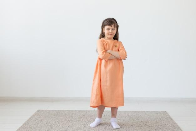 어린 시절, 아이들과 옷 디자이너 개념-패션 옷을 입고 포즈를 취하는 어린 소녀