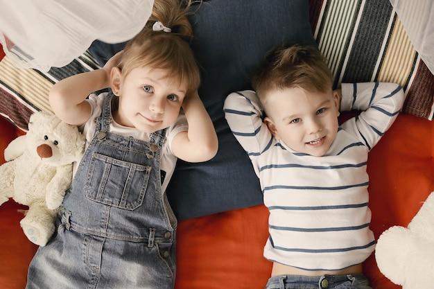 Детство. двое детей дома
