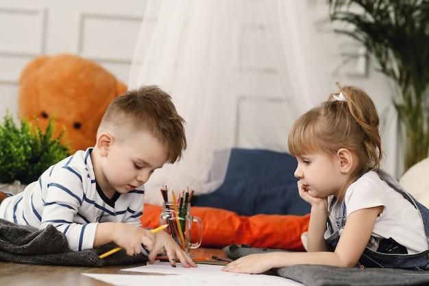Infanzia. due bambini a casa