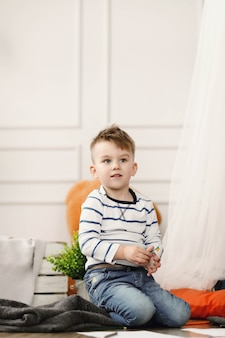 Детство. мальчик дома