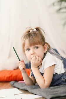 Детство. молодая девушка дома