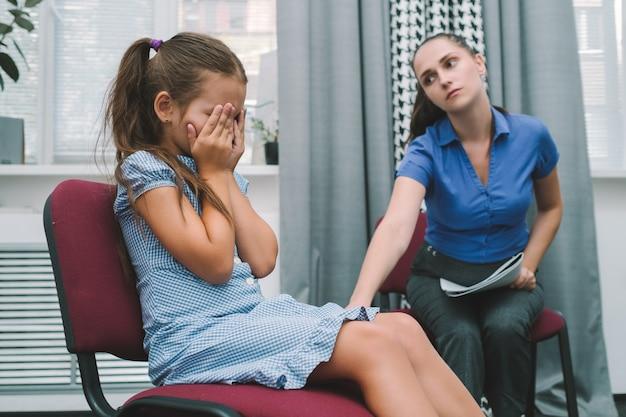 유치한 외침 복잡성 모성 개념. 가족의 가치와 지원