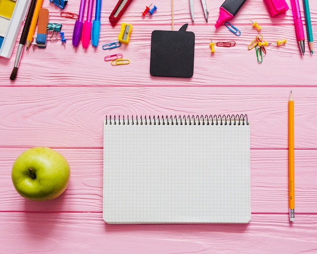 유치 한 노트북, 연필 및 사과