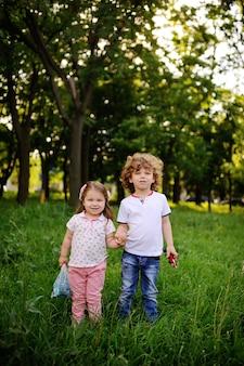 어린이-녹색 공원에 소년과 소녀
