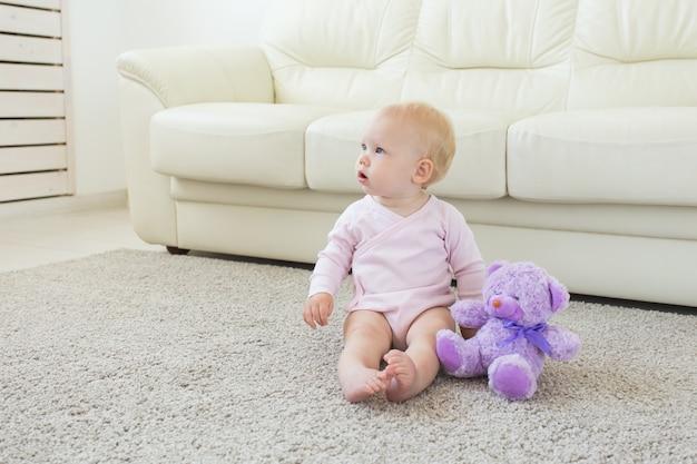 어린이 및 어린 시절 개념 - 바닥에 앉아 어린 아기 소녀
