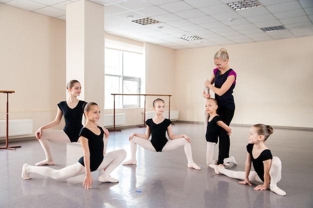 Дети занимаются хореографией.