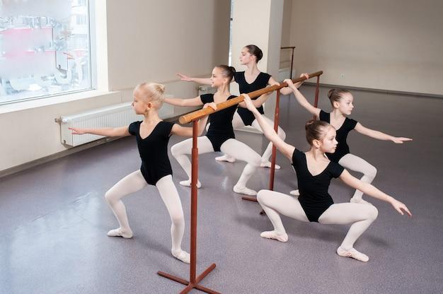子供たちは振り付けでバレエのポジションを教えられます。