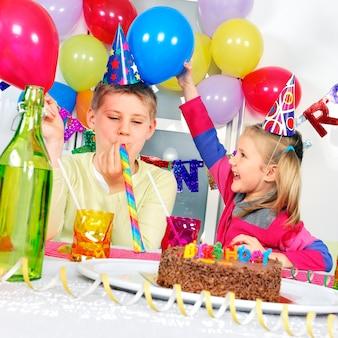誕生日パーティーの子供たち